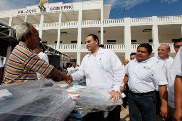 Entrega El Gobernador Roberto Borge Maquinaria Y Equipo Para Fomentar El Autoempleo