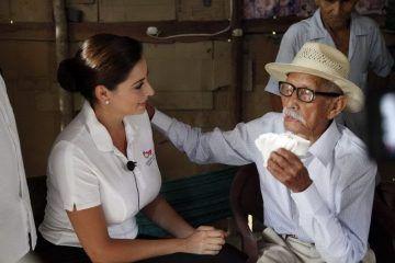Visita la señora Mariana Zorrilla de Borge al hombre más longevo de México