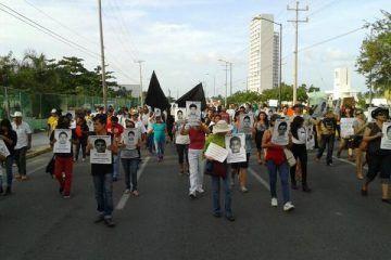 Cancún marcha y se une a exigencia para que aparezcan vivos los 43 normalistas guerrerenses