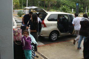 """""""Particulares"""" hacen negocio con pugna de socios de la OAE, al prestar servicio de transporte en aeropuerto de Chetumal"""