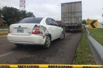 Auto compacto colisiona a tráiler en la Chetumal-Bacalar