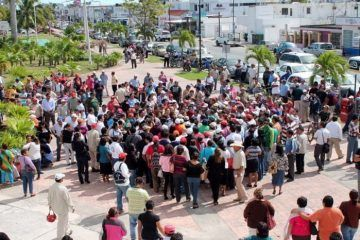 Antorchistas reclaman obras y servicios, se plantan frente a palacio municipal de OPB