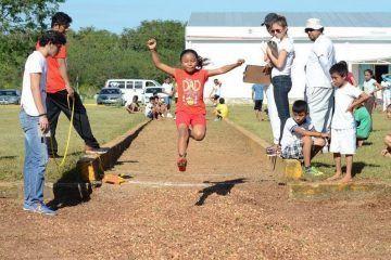 """El """"Pato"""" Carballo se dio """"baño de pueblo"""" en competencia infantil de atletismo"""
