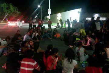 Estudiantes y padres se manifiestan frente a la Casa de Gobierno