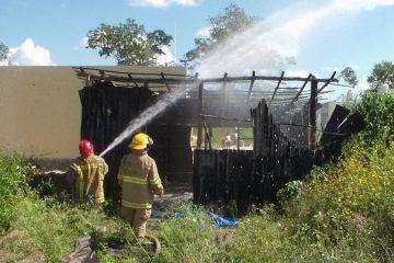 Pirómanos queman palapa-bodega en FCP