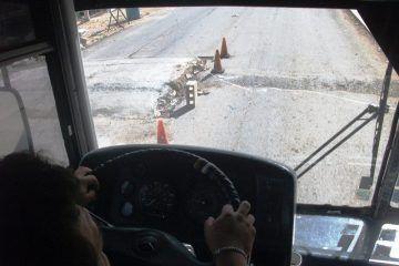 """Conductores eluden """"barda"""" (paso peatonal) en carretera para llegar a Holbox"""