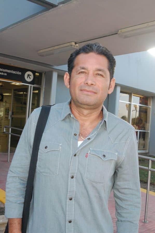 Alexander Zetina Aguiluz ORIGEN: Chetumal Quintana Roo DESTINO: México Distrito Federal MOTIVO: candidato a diputado por el segundo distrito por el partido Nueva Alianza, viajo para recibir instrucciones de su partido para las próximas elecciones.
