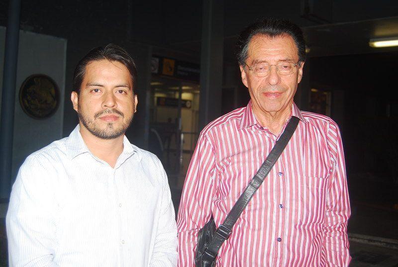 El C.P. Efraín Lechuga Santillán ORIGEN: México Distrito Federal DESTINO: Chetumal Quintana Roo MOTIVO: viene a impartir un curso para el Colegio de Contadores fue recibido por Maximino Muñoz Lara.