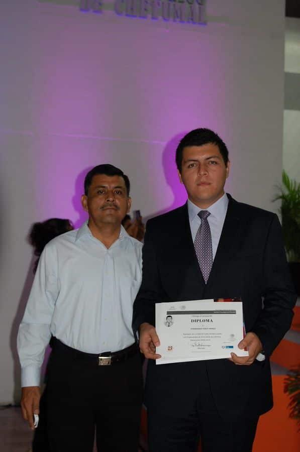Fernando Poot Pérez acompañado por su padre Fernando Poot como licenciado en Biología.