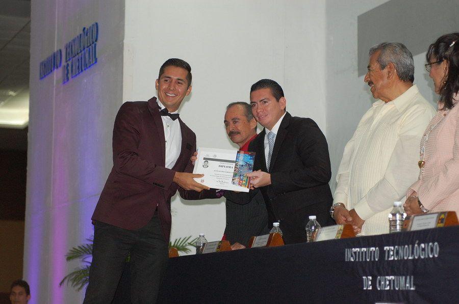 Ramírez Calzada Jesús Antonio recibe del regidor Hassan Villanueva Ortega su documento como licenciado en Contaduría.