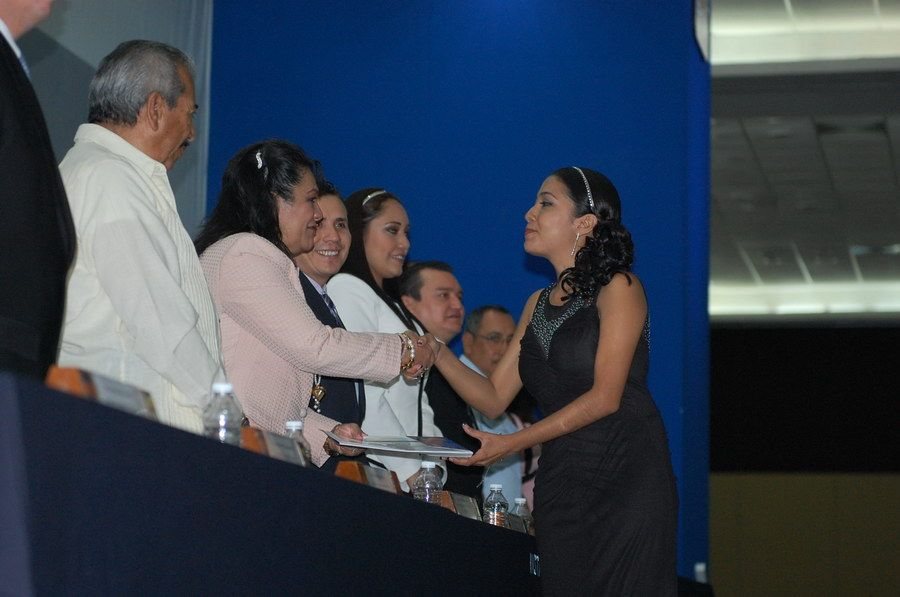 La directora del ITCH entrega su documento a Ramírez Bedolla Lizbeth como nueva licenciada en administración.
