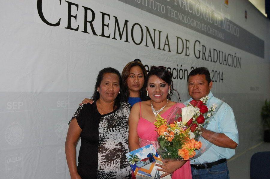 Uc Zayarzabal Cecilia Yareli nueva licenciada en Gestión Empresarial lo acompañan sus padres José del Carmen Uc Tuz margarita Zayarzabal Herrera y su tia Elide.