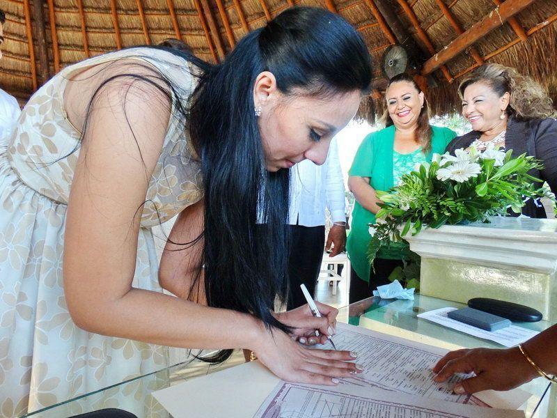 Momentos en que Alejandra plasma su firma en el acta matrimonial
