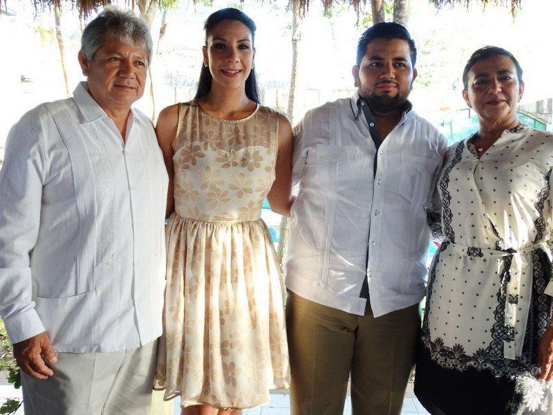 Los desposados en compañía de los padres del novio, Juan McLiberty Pacheco y Sonia Novelo Vanegas