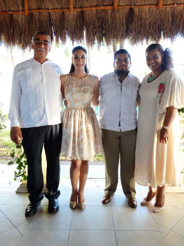 Los recién casados con los padres de la novia, Alejandro Salazar Arana y Nelia Ortiz Yeladaqui