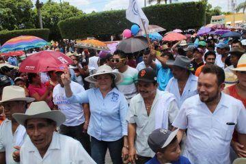 Rosa Adriana Díaz Lizama encabeza la Marcha de los Sombreros en Tekit