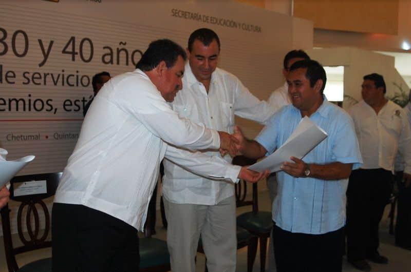 Cipriano Gonzales Zúñiga Secretario General del SITEM en Quintana Roo entrega a Oscar Chan Ramírez su reconocimiento y estimulo