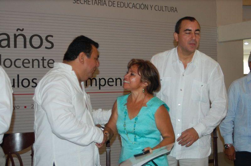 Rita Constantino recibe de Luis Echeverría Esquivel Secretario General del SITEQROO su premio, estimulo y recompensa por 30 años de servicio