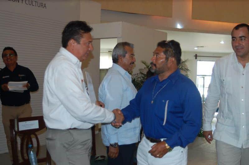 Carlos Rendón Chan recibe de Rafael Gonzales Sabido su estimulo por 30 años de servicio.