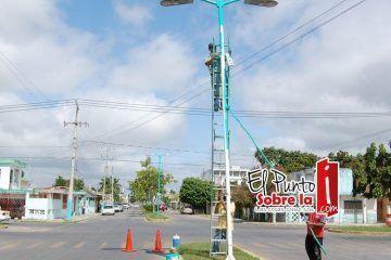 Pintan más de mil postes de alumbrado en Chetumal