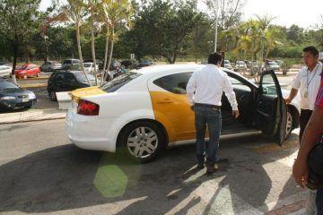 Por desatención de policía federal, taxistas hacen su agosto en aeropuerto de Chetumal