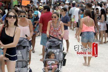 Con una gran afluencia de turistas inician vacaciones de verano en la Riviera Maya