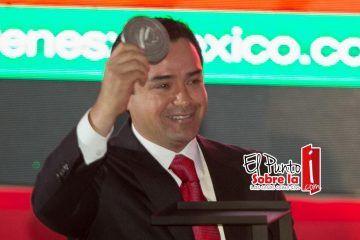 Galardonan la labor como representante social de Chanito Toledo