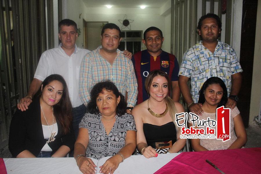 La festejada con amigos y familiares. Mahaly Martínez, Carlos Salas, Martín Ramayo, Geovani Dzib, Carlos Sabido, Maritza Polanco y Ana Osorio.