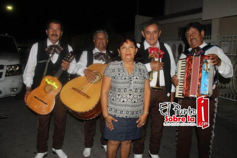 La feliz cumpleañera disfrutó del mariachi que le llevaron sus hijos.