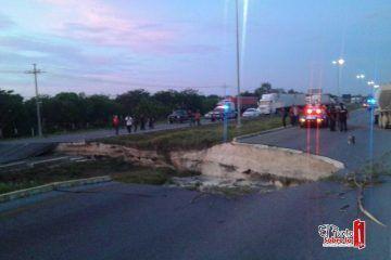 Actualización: Hundimiento carretera de Playa del Carmen-Cancún a la altura del hotel Iberostar