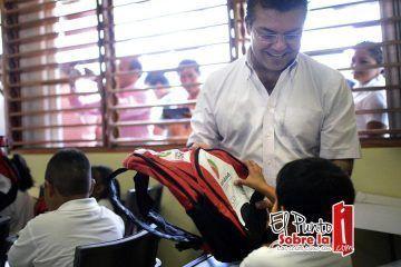 Visita Mauricio Góngora a estudiantes en su primer día de clases y brinda las herramientas para una educación de calidad