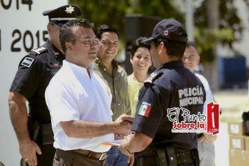 Mauricio Góngora entrega lotes habitacionales y equipamiento a policías