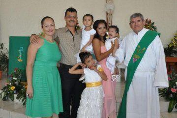Doble bautizo celebra la familia Vivaral López en la iglesia Yermo y Parres