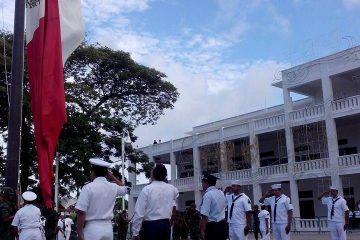 Arranca mes patrio con izamiento de Bandera y ofrenda floral
