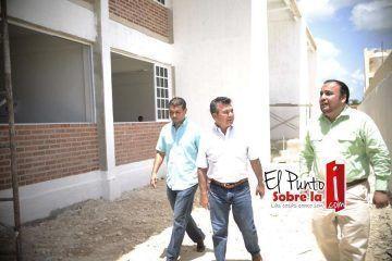 Mauricio Góngora cumple con más escuelas