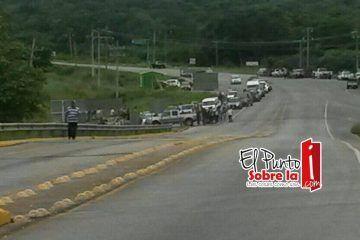 Pobladores de Carlos A Madrazo cumplen su amenaza, bloquean carretera federal