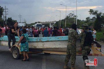 Bloquean carretera federal que comunica a Quintana Roo con Belice y Centroamérica