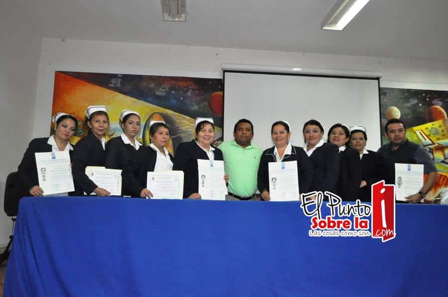 Barbaciano Sansores Matos junto con las nuevas Licenciadas en Administración de los Servicios de Enfermería.