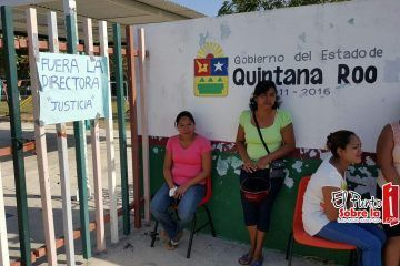 Padres de familia echan a la calle a polémica directora de kinder