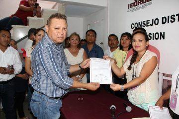 Recibe constancia de presidente Municipal electo Emilio Jiménez Ancona