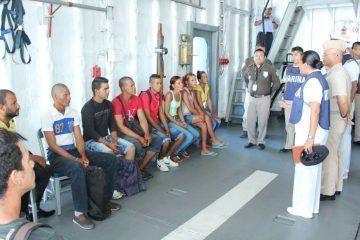 La armada de México auxilia en altamar a 12 náufragos cubanos en Yucatán