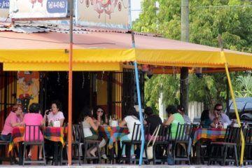 """Restauranteros hacen su """"agosto"""" con el cambio de poder en Quintana Roo"""