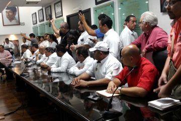 Taxistas declaran guerra contra UBER; piden respaldo del Congreso