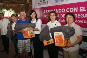 Entrega Laura Fernández apoyos a adultos mayores