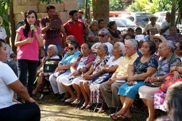 Laura Fernández entrega de cobertores y jornada de vacunación a adultos mayores