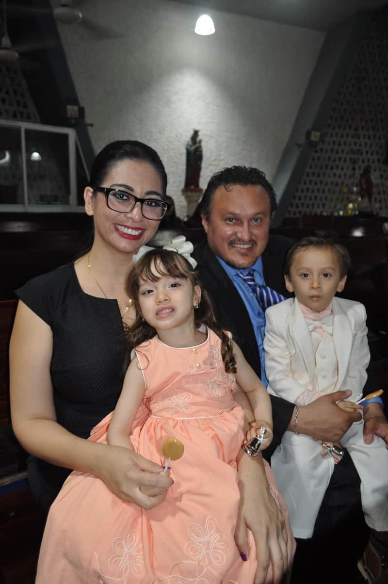 Julio Minguer López, Alejandra Reyes de Minguer y sus hijos Álvaro y Alejandra.