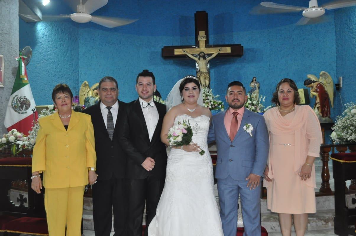 Los recién casados con la familia Ávila Escalante.