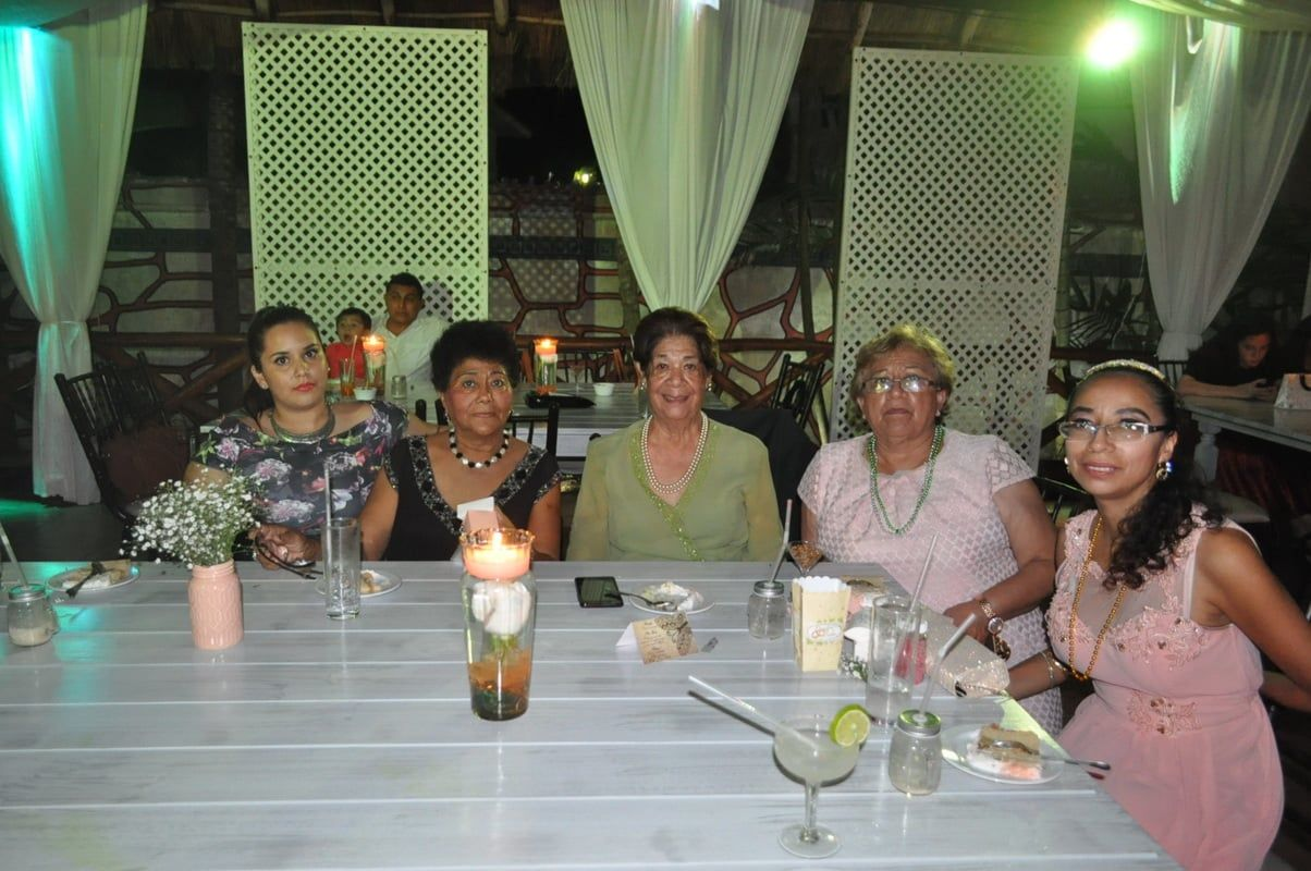 Daniela Hernández, Judit Hernández, Estelita de Angulo, Clara Elena Gonzales y Gladys Salazar.
