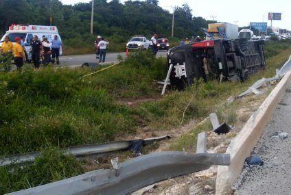 Autobus de turismo volcó con saldo mortal en la carretera Playa del Carmen-Cancún