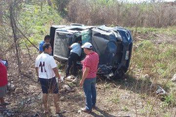 Salen con vida a pesar del aparatoso accidente en Chunhuhub